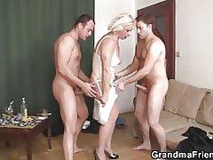 Threesome kuradi kuum vanaema
