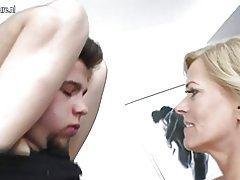 Mature ema fucks noor poiss kõrval