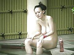 Japaness ema koos Roikkuva rind karvane vitt